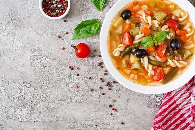 Minestrone, soupe de légumes italiens avec des pâtes. nourriture végétalienne. vue de dessus. lay plat.