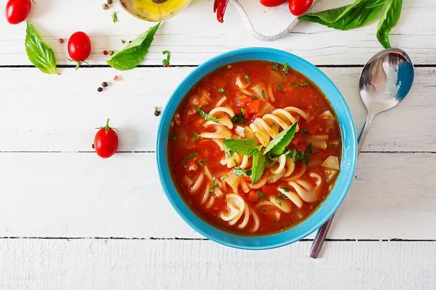 Minestrone, soupe de légumes italiens avec des pâtes