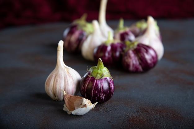 Mini aubergine et ail sur table en béton