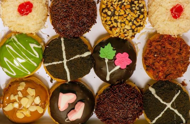 Mini beignets faits maison colorés, délicieux et savoureux