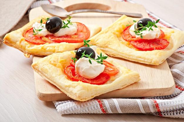 Mini bouffées de tomates, fromage et œuf