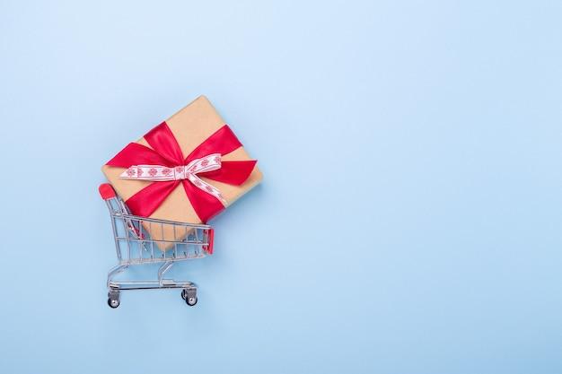 Mini caddies et coffret cadeau sur fond bleu concept de vente de noël vue de dessus espace copie - image