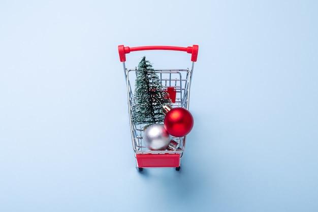 Mini chariot chariot copie sur fond bleu avec sapin concept de vente de noël vue de dessus espace copie - image