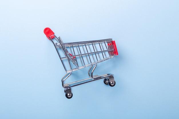 Mini chariot chariot copie sur fond bleu vue de dessus espace copie - image