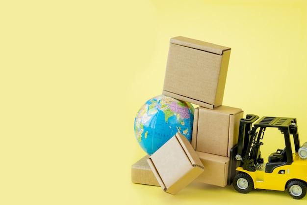 Mini chariot élévateur charge des boîtes en carton.