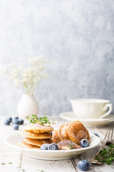 Mini-crêpes néerlandaises appelées poffertjes