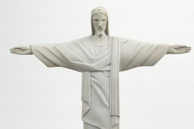 Mini cristo redentor isolé sur fond blanc. christ rédempteur. mise au point sélective.