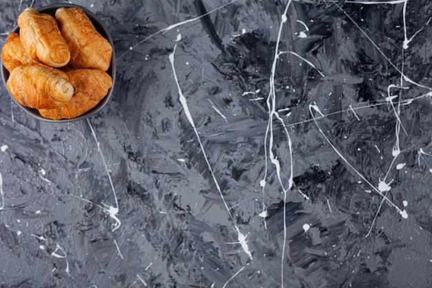 Mini croissants en pâte feuilletée avec une croûte dorée.