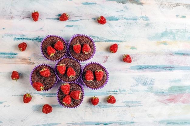 Mini cupcakes soufflés au chocolat et framboises.