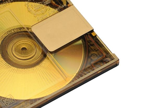Mini disc-md compact réinscriptible pour l'enregistrement numérique sorti dans les années 90 sur un blanc isolé.
