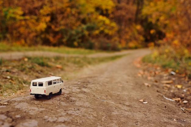 Mini-fourgonnette miniature en voiture sur la route