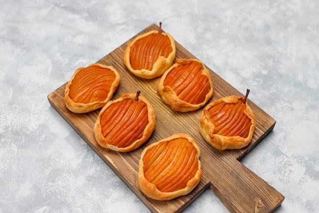 Mini-galettes de poires sur béton, vue de dessus