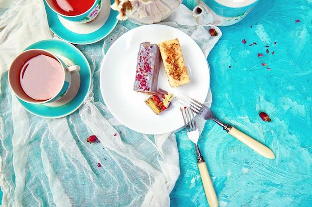 Mini gâteau mousse au chocolat avec des tasses de thé.