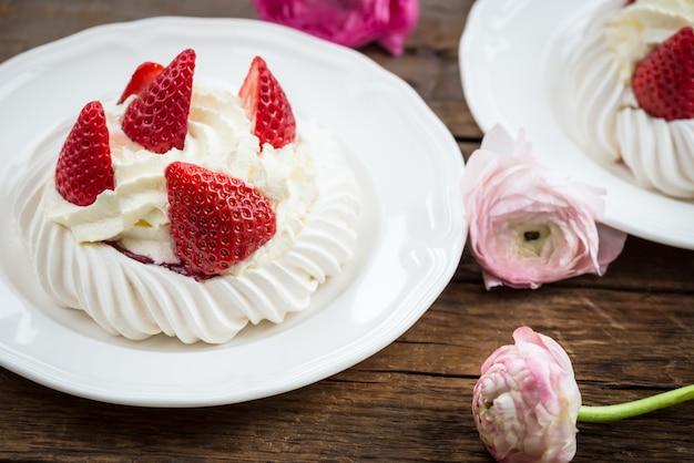 Mini gâteau pavlova à la meringue avec fraises fraîches