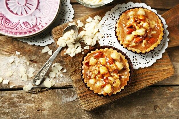 Mini gâteaux aux noix sur table en bois