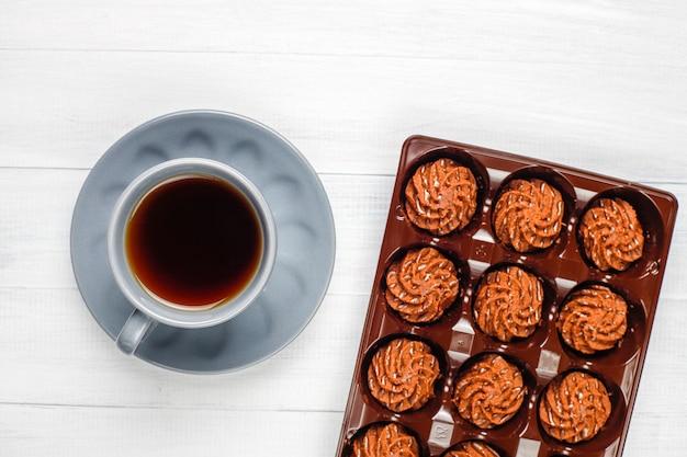 Mini gâteaux aux truffes avec des gouttes de chocolat et de la poudre de cacao, vue de dessus