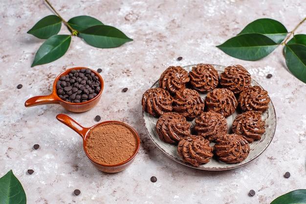 Mini gâteaux aux truffes avec des gouttes de chocolat et de la poudre de cacao