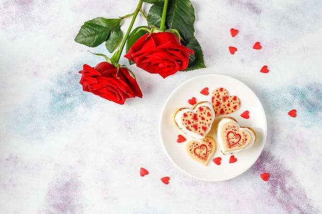 Mini gâteaux en forme de coeur pour la saint-valentin.