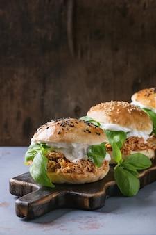 Mini hamburgers maison avec poulet effiloché