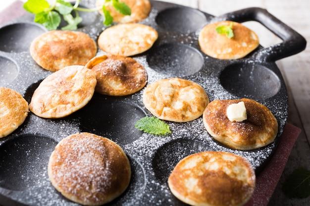 Mini pancakes néerlandais appelés poffertjes