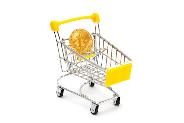 Mini panier d'achat avec bitcoin isolé sur blanc