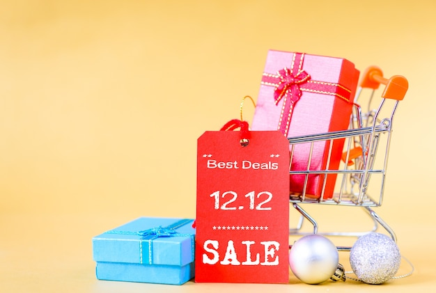 Mini panier et boîte-cadeau avec étiquettes pour 12.12 concept de vente en ligne