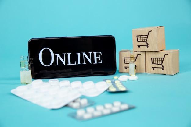 Mini panier plein de remèdes homéopathiques sur fond d'ordinateur portable. concept d'achats en ligne homéopathie et internet.