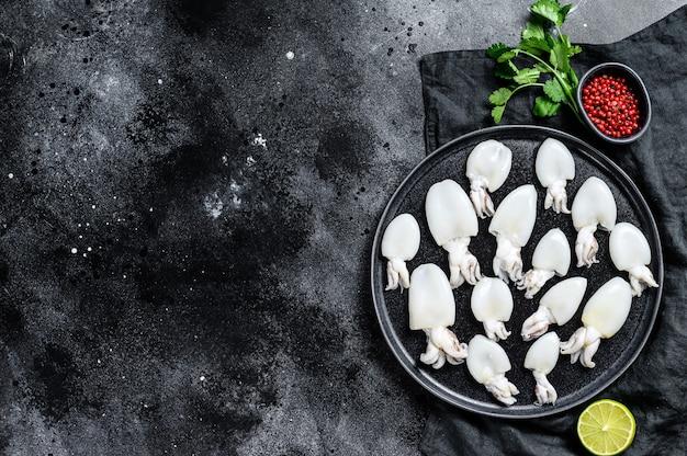 Mini seiche crue au romarin et persil sur une assiette