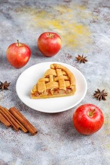 Mini tarte aux pommes maison à la cannelle.
