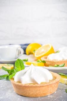 Mini tarte aux sablés faits maison avec caillé de citron et chantilly