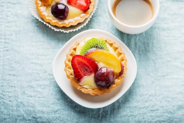 Mini tartes à la crème et mélange de fruits d'été
