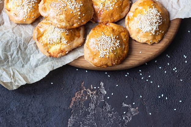 Mini tartes fourrées à la viande de poulet ou de dinde. style rustique.