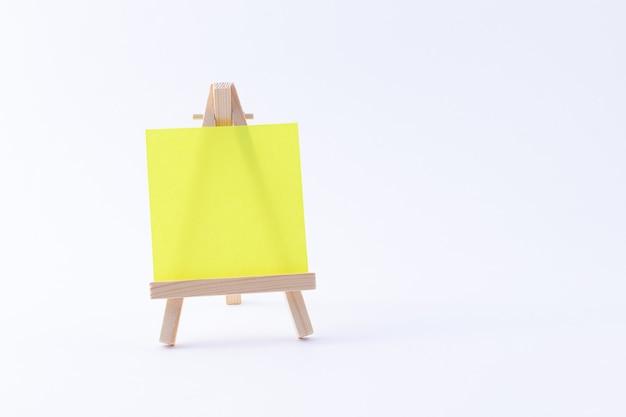 Miniature de chevalet en bois avec toile carrée de couleur vierge ou papier mémo