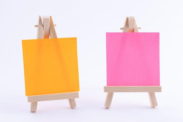 Miniature de deux chevalets en bois avec toile carrée de couleur vierge ou papier mémo