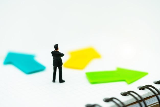 Miniature de gens debout avec un choix de chemin de flèche