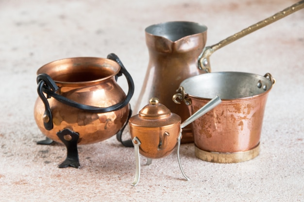 Miniatures de cuivre vintage sur fond de béton