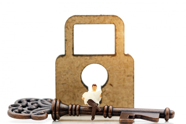 Les miniatures lisent le livre pour savoir comment déverrouiller la clé.
