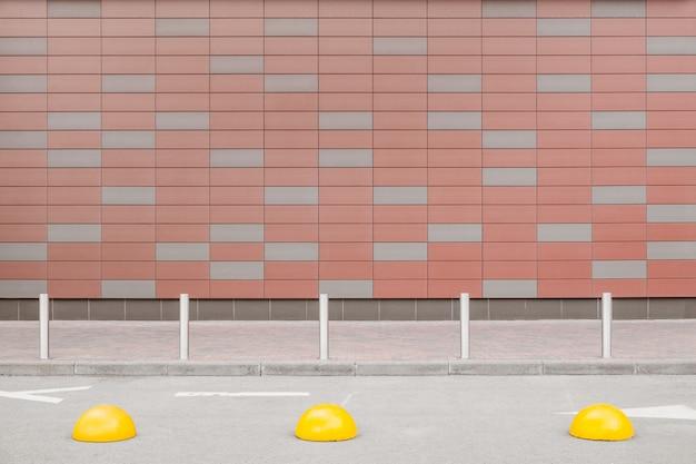 Minimalisme, géométrie dans la vraie vie: le mur et le trottoir avec un espace libre dans le cadre de la scène urbaine générique
