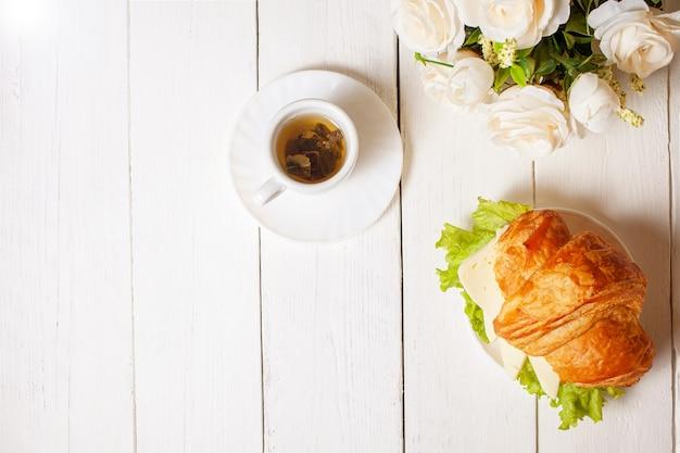 Minimalisme, nourriture. croissant aux feuilles de saucisse au fromage.