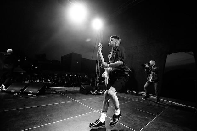 Minsk - 29 avril 2018: groupe de rock populaire nuteki sur scène