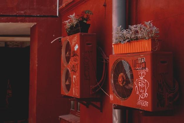 Minsk, belarus red yard - cour-puits à minsk, lieu de concerts avec musique live, expositions de photos, expositions de peintures