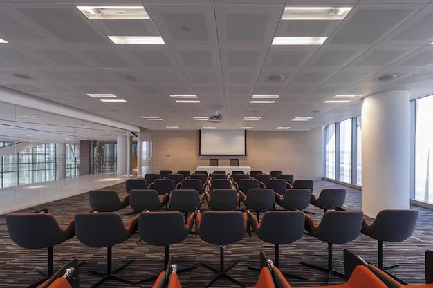 Minsk biélorussie - 4 avril 2021 : salle de conférence vide dans un bureau moderne