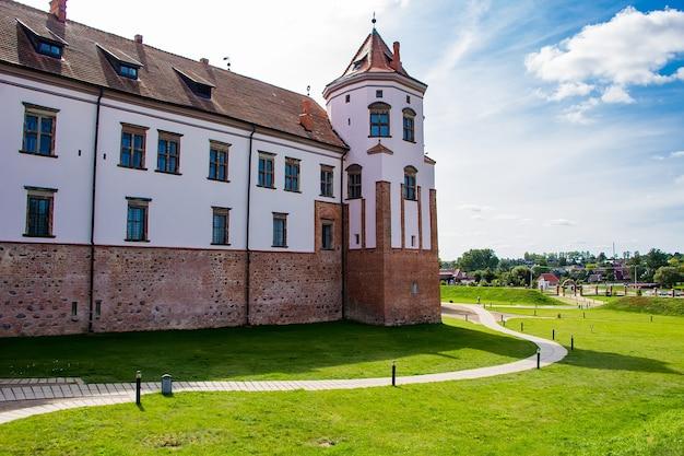 Mir, biélorussie. château médiéval sur un ciel bleu.
