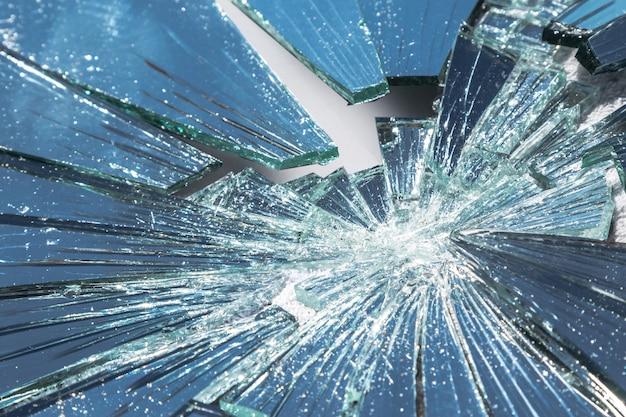 Miroir cassé en plusieurs morceaux
