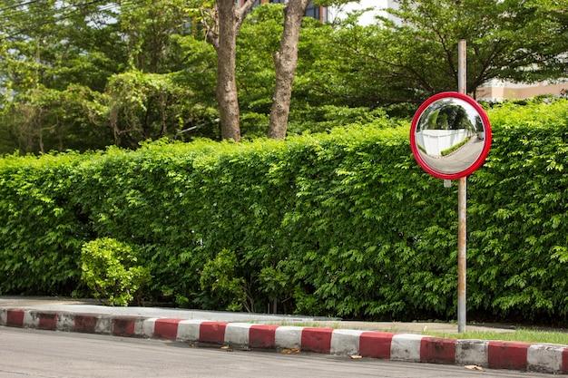 Miroir convexe de circulation au coin de rue
