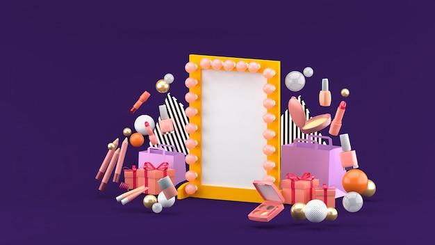 Miroir de maquillage parmi les cosmétiques et les cadeaux sur l'espace violet