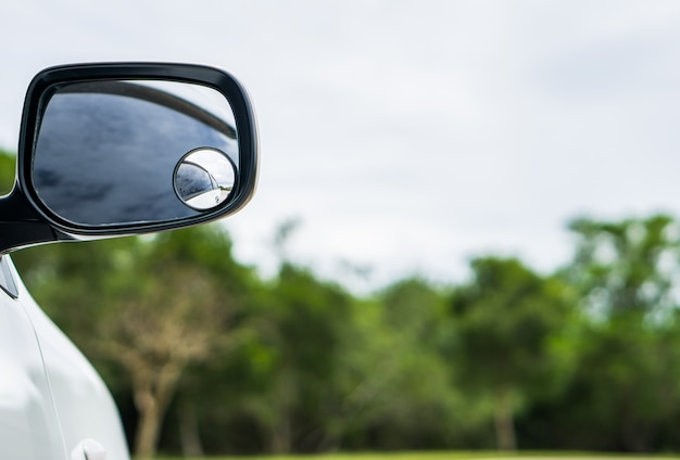 Miroir de voiture sur fond vert