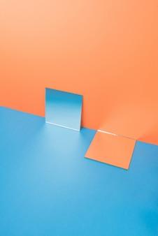 Miroirs sur table bleue isolé sur orange