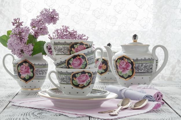 Mis en place avec décoration florale lilas style boho