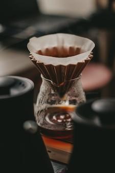 Mise au point douce d'une configuration de café à l'aide d'un goutteur conique et d'une carafe en verre